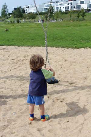Kind und Brettschaukel
